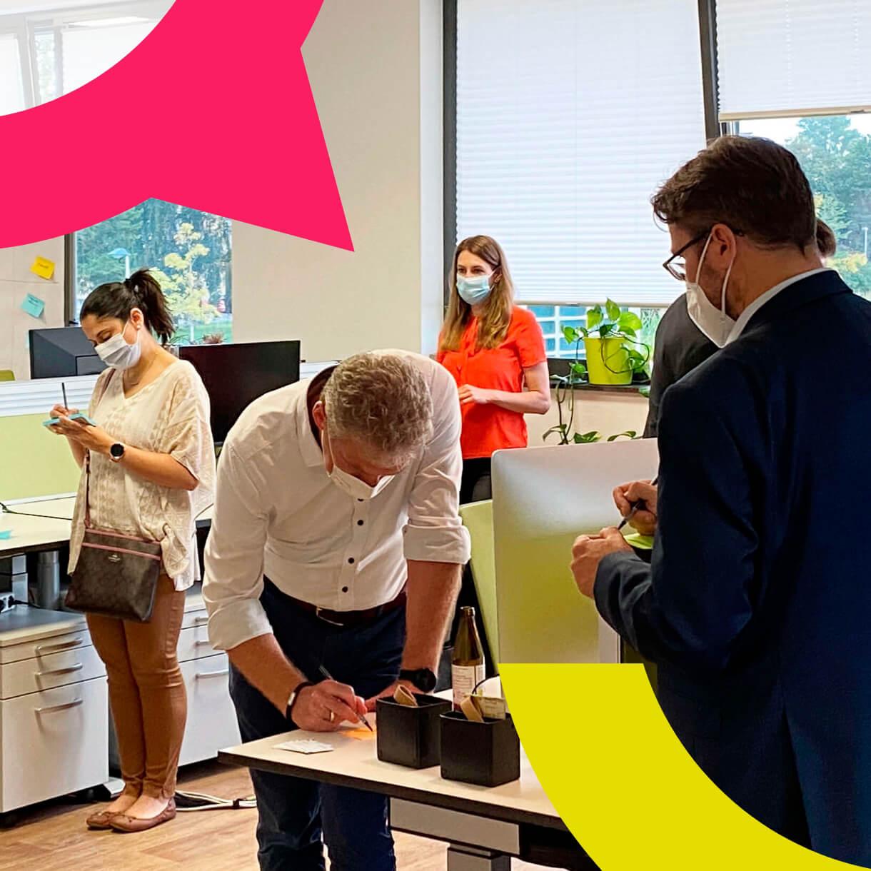 Aktive Workshop-Teilnehmer beim Beschreiben von Post-Its